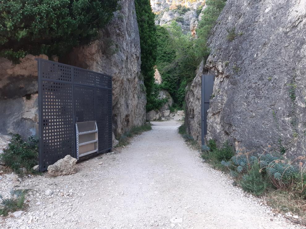 Imagen de la puerta que permite cerrar el acceso al Parrissal de Beceite.