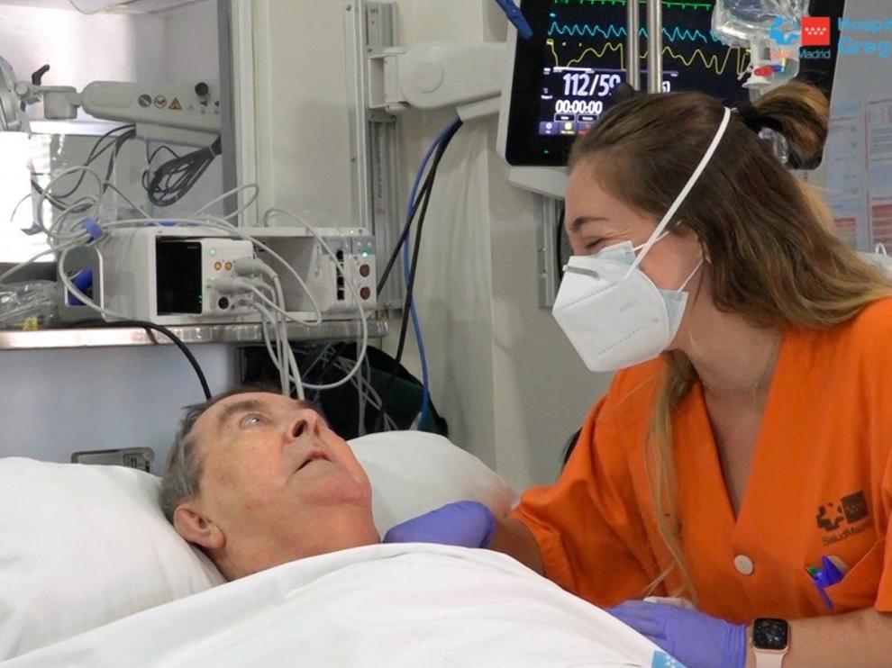 Una sanitaria del Hospital Gregorio Marañón junto al paciente con la covid que más tiempo ha estado ingresado en la UCI, con 158 días.