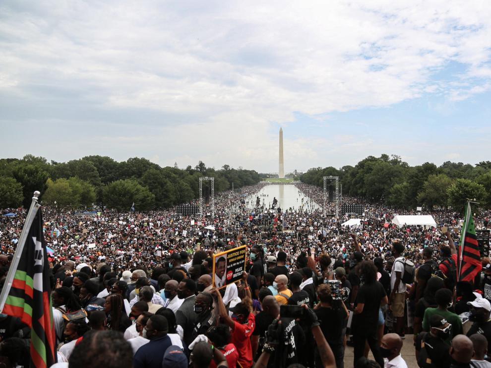 """28 August 2020, US, Washington: People and Black Lives Matter activists take part in the 57th anniversary of 1963 March on Washington, at the Lincoln Memorial, during which Martin Luther King Jr delivered his historic """"I Have a Dream"""" speech in, which he called for an end to racism. Photo: Steven Ramaherison/TheNEWS2 via ZUMA Wire/dpaSteven Ramaherison/TheNEWS2 via / DPA28/08/2020 ONLY FOR USE IN SPAIN [[[EP]]] 28 August 2020, US, Washington: People and Black Lives Matter activists take part in the 57th anniversary of 1963 March on Washington, at the Lincoln Memorial, during which Martin Luther King Jr delivered his historic """"I Have a Dream"""" speech in, which he"""