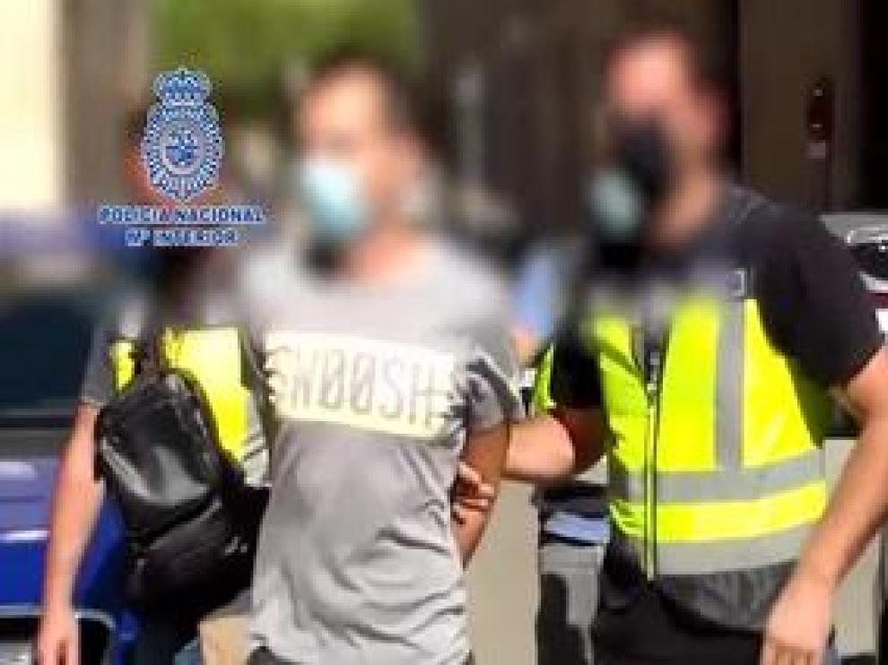 Agentes de la Policía Nacional han detenido en la localidad zaragozana de Cuarte de Huerva a un negacionista de la covid-19 por incitación al odio y a la violencia a través de las redes sociales.