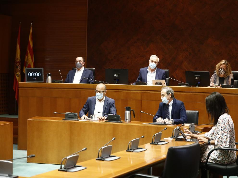 El consejero Felipe Faci explica a los grupos parlamentarios las medidas de inicio del nuevo curso escolar, este viernes en las Cortes.