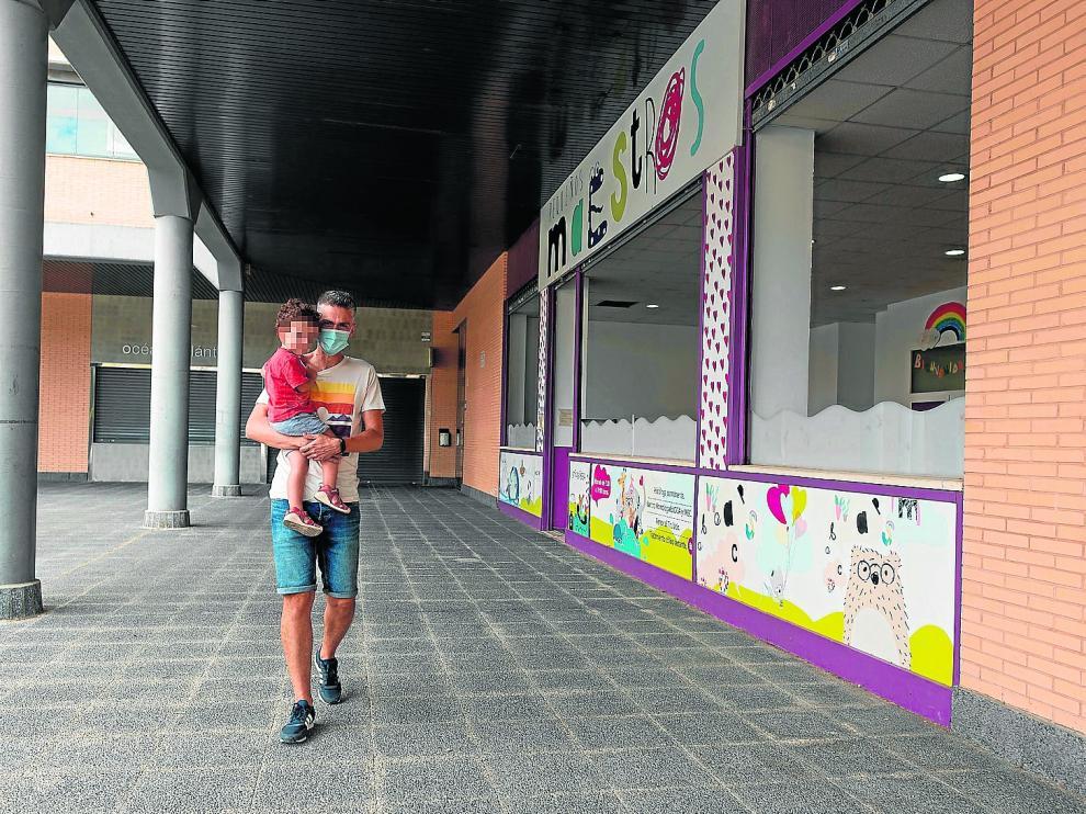 Un padre recoge a su hijo, ayer, en el centro de educación infantil Pequeños Maestros de Zaragoza