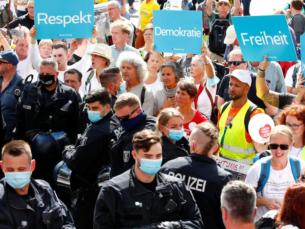 La Policía detiene la manifestación de los negacionistas del coronavirus en Berlín