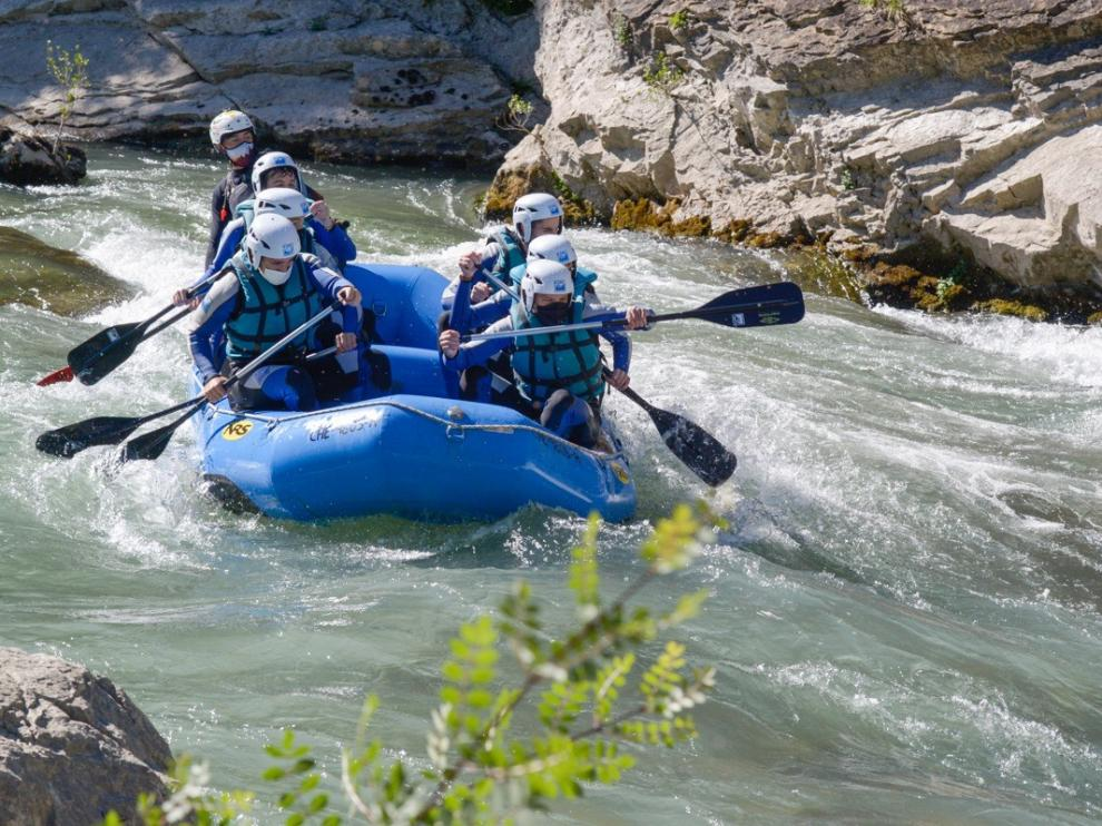 Un descenso de rafting con mascarilla por las aguas del río Gállego este verano.