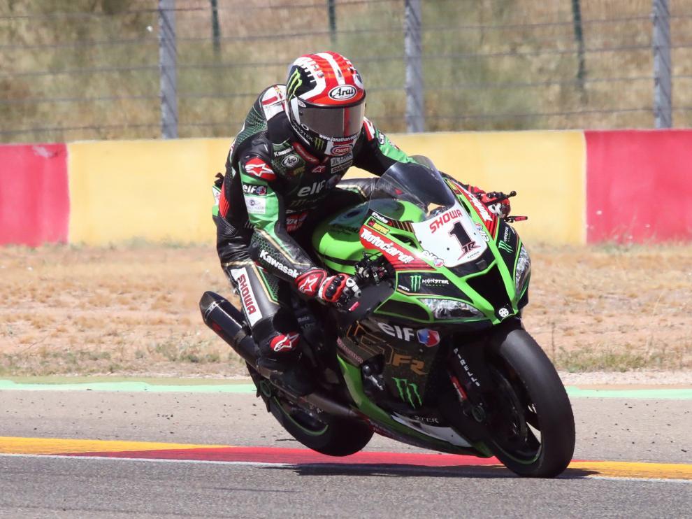 El piloto Jonathan Rea celebra su triunfo en la carrera de Superbikes celebrada este domingo en el circuito turolense de Motorland Alcañiz