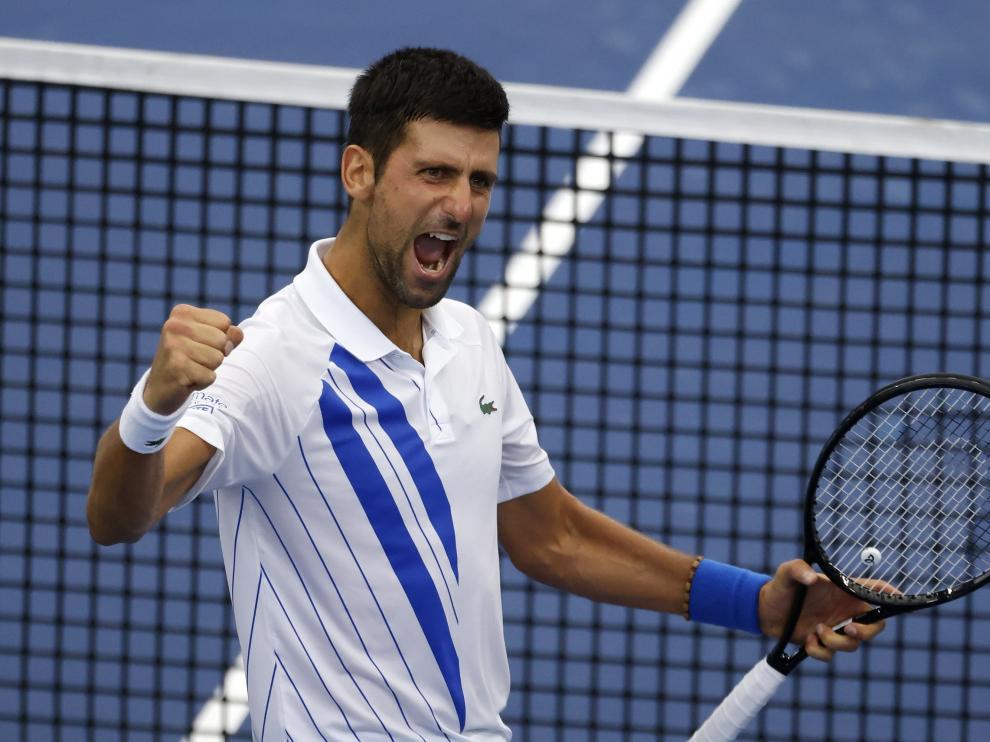 El tenista serbio Novak Djokovic celebra su victoria contra Milos Raonic en la final de este sábado.