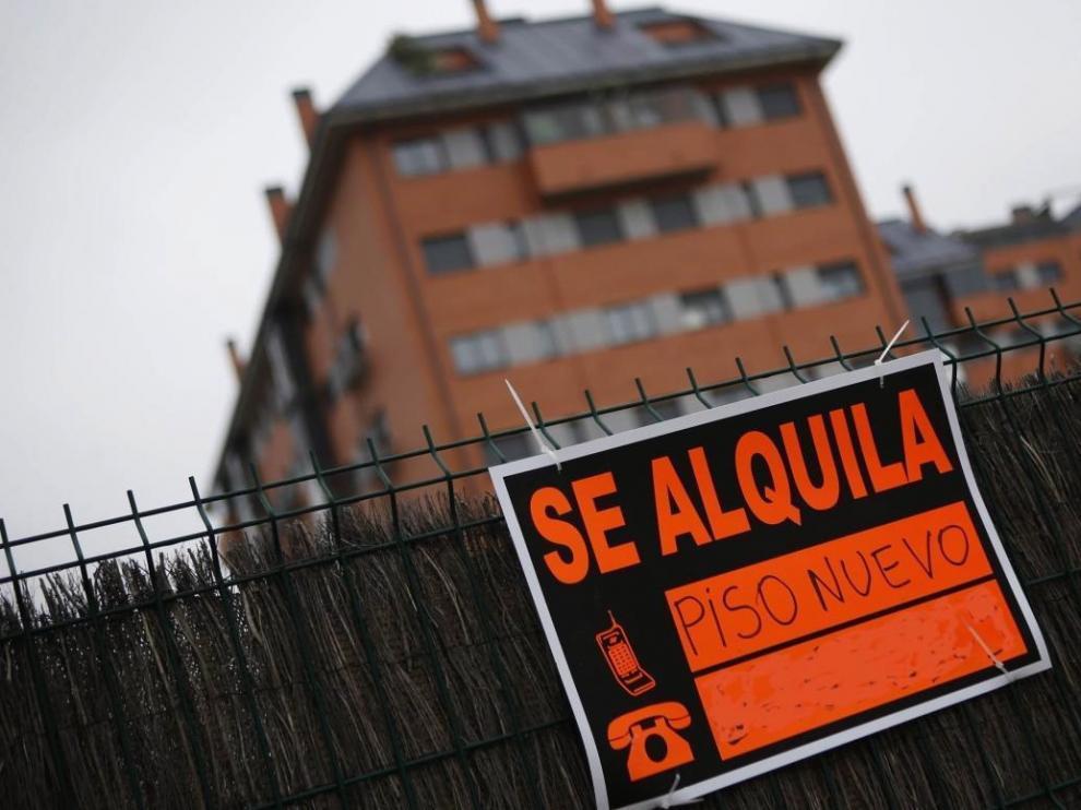 Foto de archivo de un cartel de 'se alquila'.