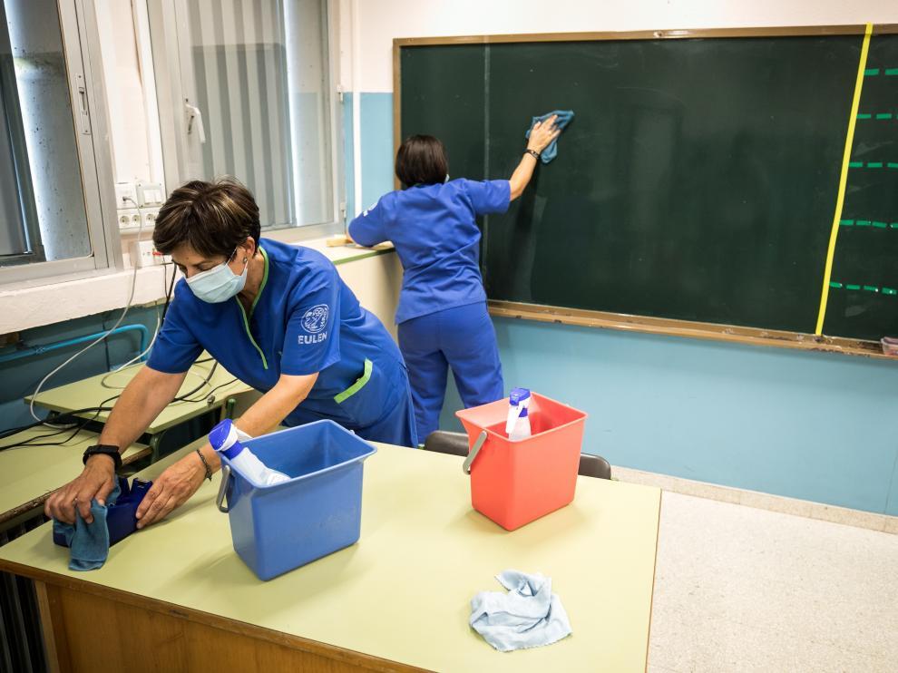 Tareas de limpieza en las aulas en el colegio María Moliner de Zaragoza