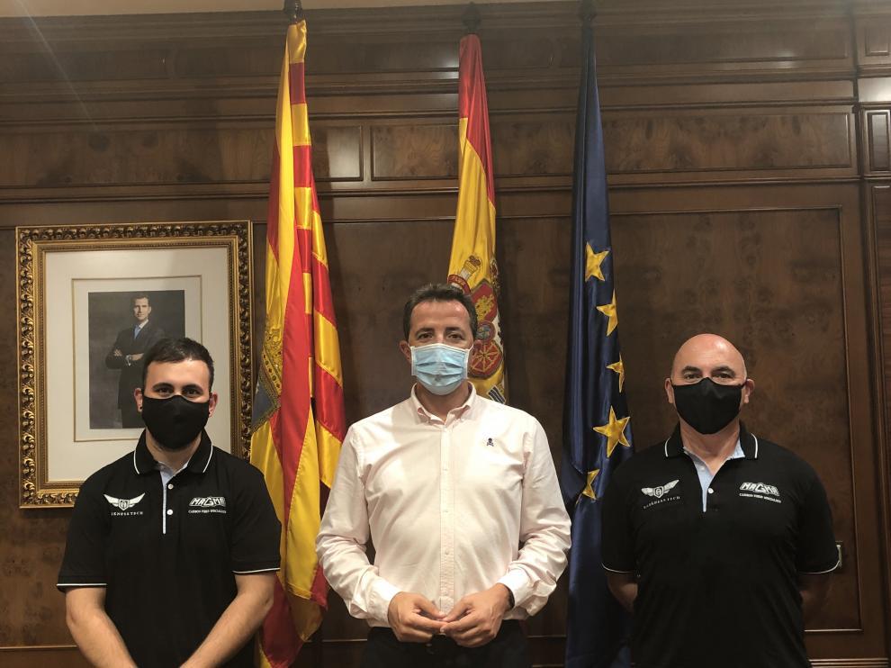 El alcalde de Calanda, Alberto Herrero, en el centro, con dos representantes de Magma Composites.