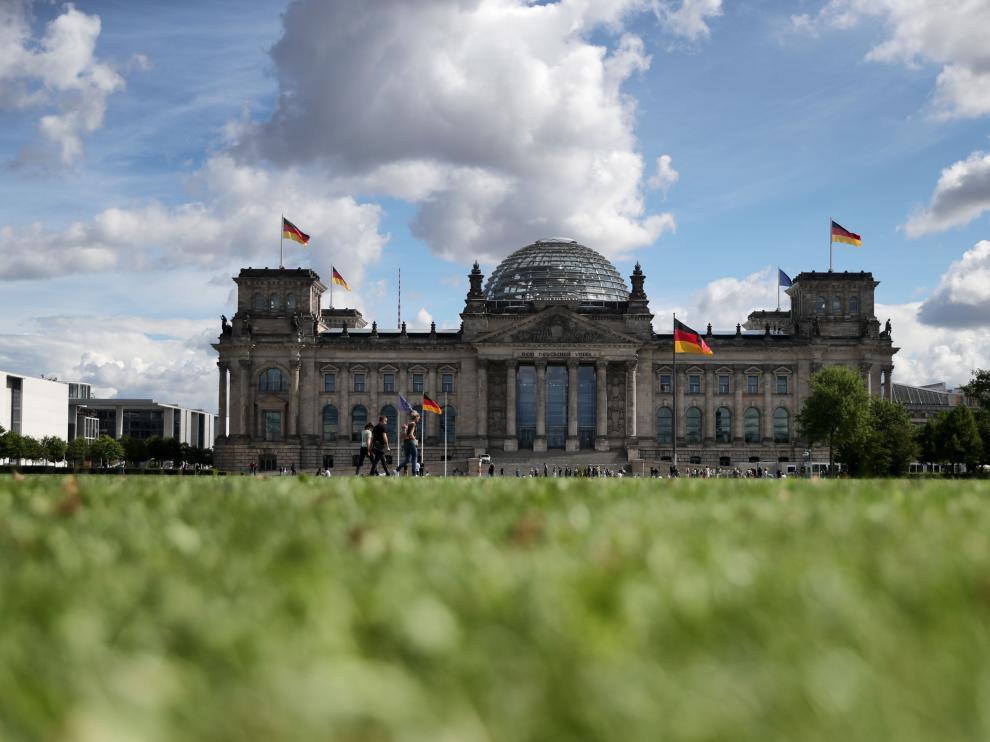 Gente camina junto al Bundestag, este lunes en Berlín.