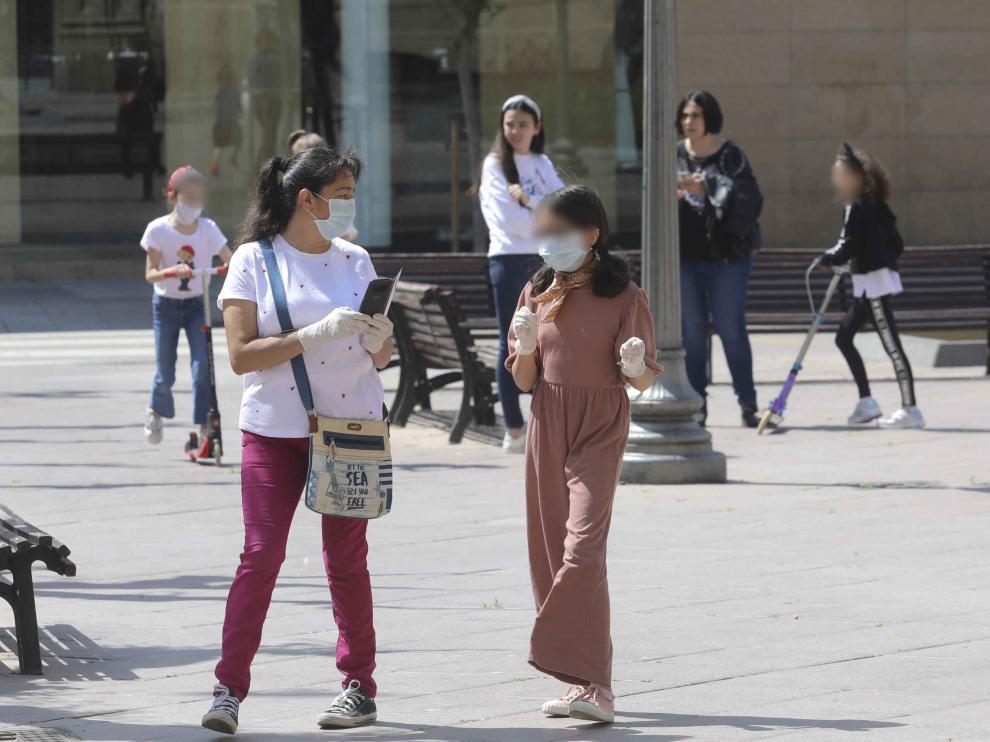 Una niña paseando por las calles de Huesca con mascarilla