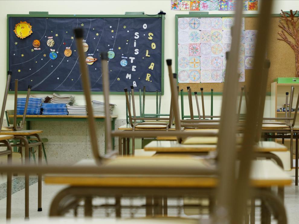 Un aula vacía de un colegio público de Palas de Rei, este martes en Lugo.
