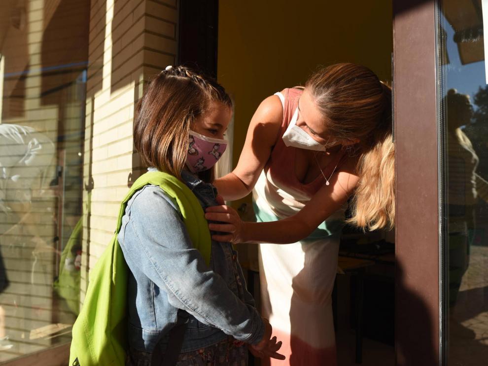 Una niña con mascarilla en su primer día de colegio en el Lycée français Molière de Zaragoza