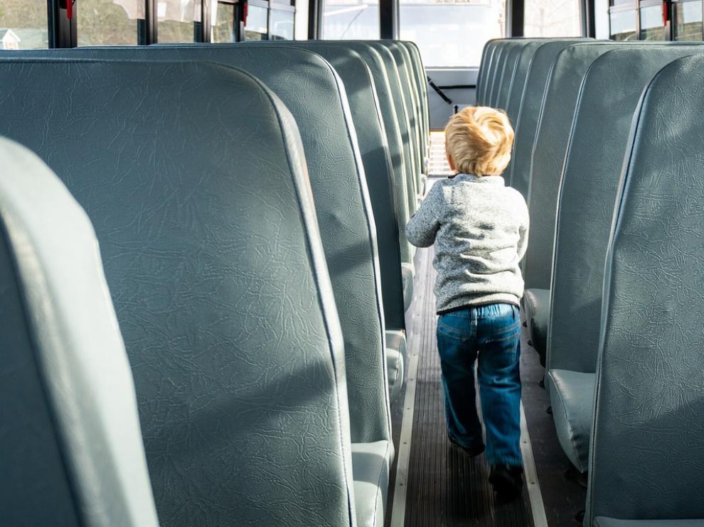 Un niño en el interior de un autobús escolar.