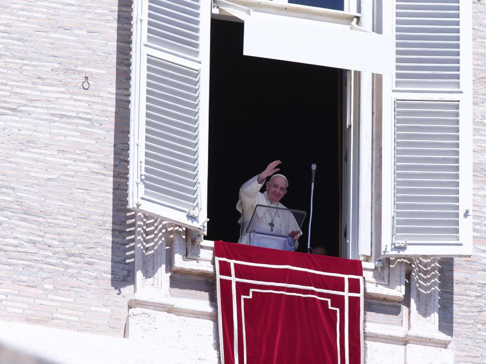 06 September 2020, Vatican, Vatican City: Pope Francis delivers the Angelus prayer from his window overlooking St. Peter's Square. Photo: Evandro Inetti/ZUMA Wire/dpa06/09/2020 ONLY FOR USE IN SPAIN [[[EP]]] 06 September 2020, Vatican, Vatican City: Pope Francis delivers the Angelus prayer from his window overlooking St. Peter's Square. Photo: Evandro Inetti/ZUMA Wire/dpa