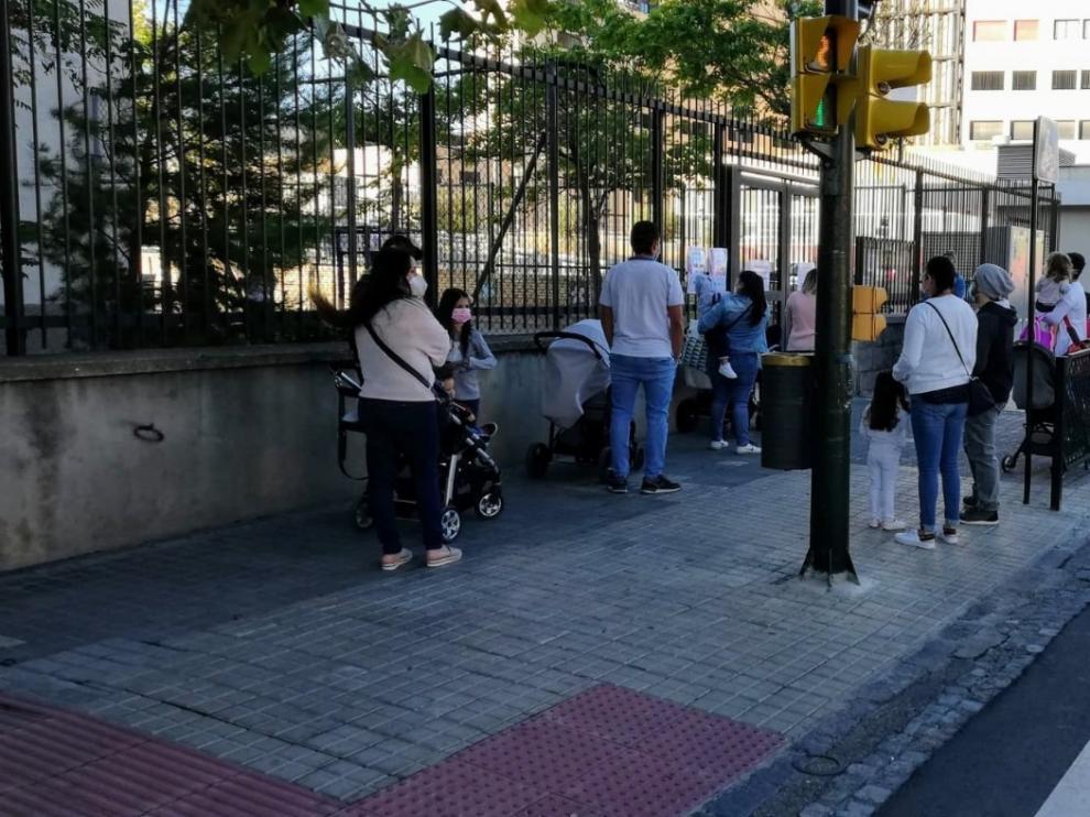 Agentes de la Policía de Zaragoza han facilitado los accesos a los colegios de la capital aragonesa.