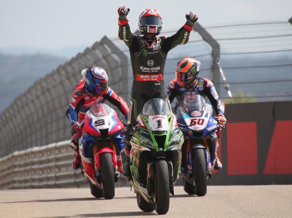 El piloto Jonathan Rea (Kawasaki Racing Team) entra victorioso en la carrera de Superbikes celebrada el domingo en el circuito turolense de Motorland Alcañi