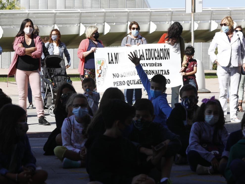 Protesta teatralizada del colegio Gil Tarín de La Muela