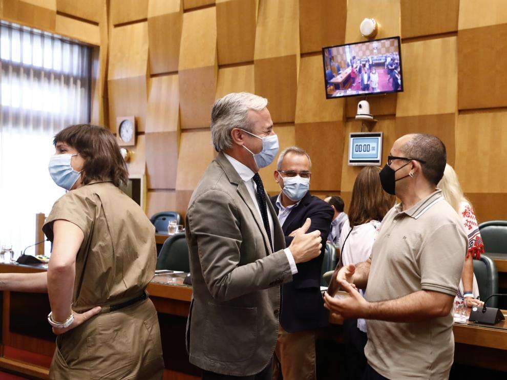 El alcalde, Jorge Azcón, conversa con Alberto Cubero (ZEC) con Lola Ranera (PSOE) a su espalda.