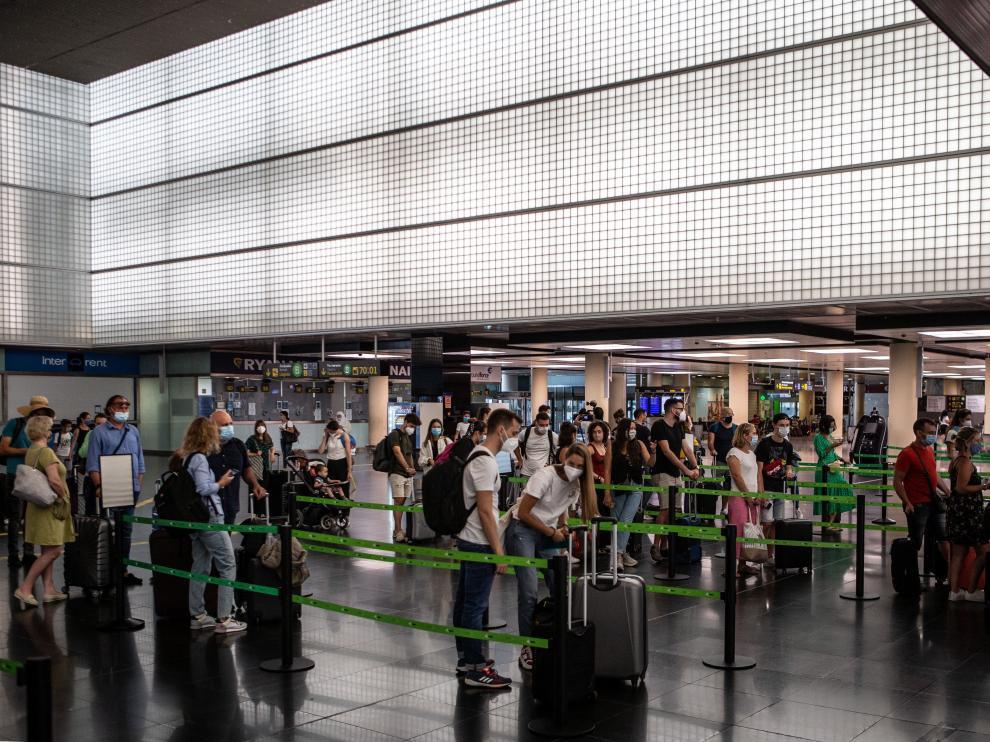 Varios pasajeros en los mostradores de facturación de la T2 del Aeropuerto de El Prat de Barcelona, el pasado 24 de julio.