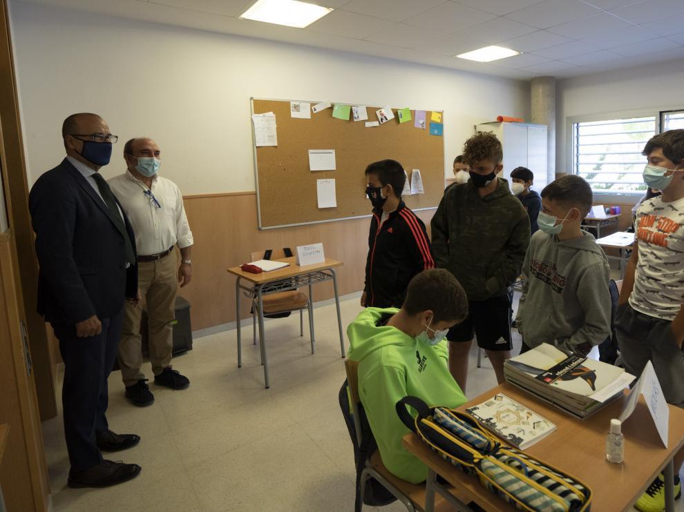 El consejero de Educación del Gobierno de Aragón, Felipe Faci, visita el instituto de secundaria Segundo de Chomón, en Teruel, en el primer día de clase de secundaria.