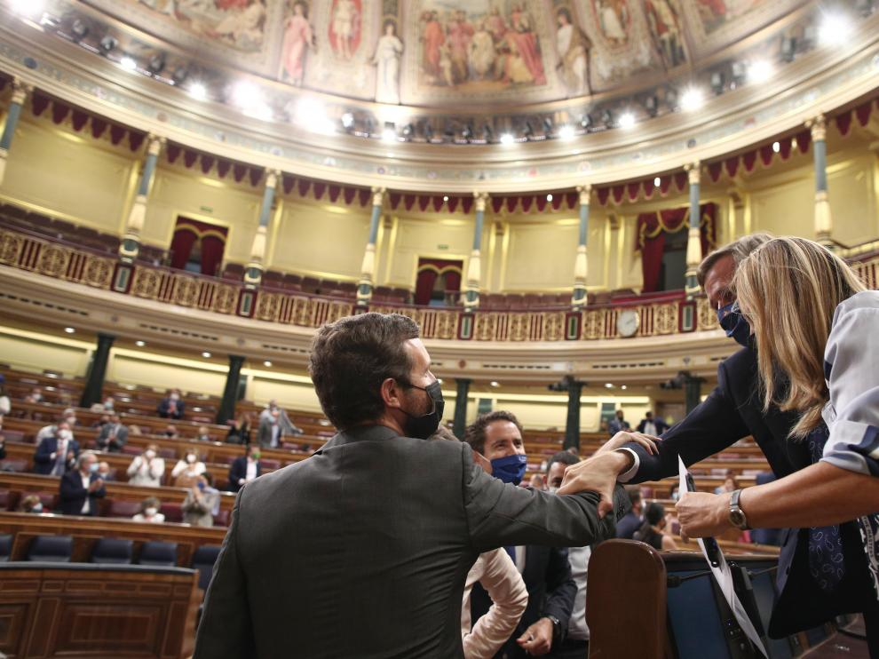 El líder del PP, Pablo Casado, saluda al comienzo de la sesión en el Congreso.