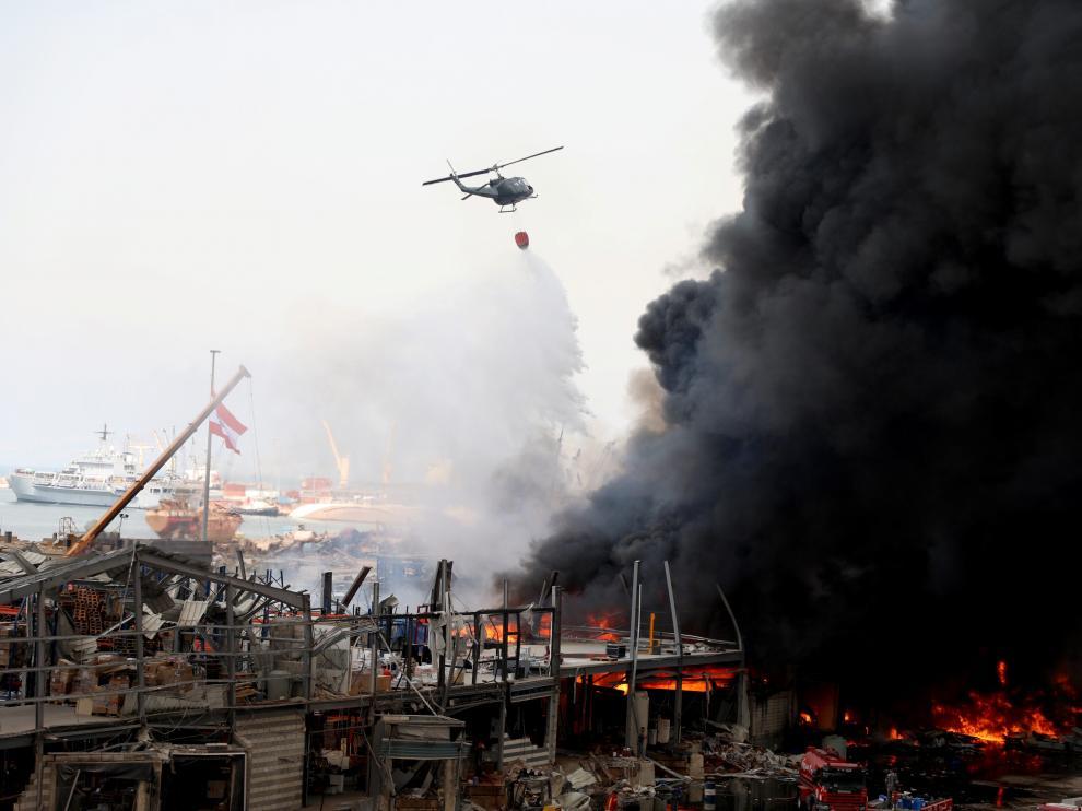 Un gran incendio afecta al puerto de Beirut devastado hace un mes por la explosión