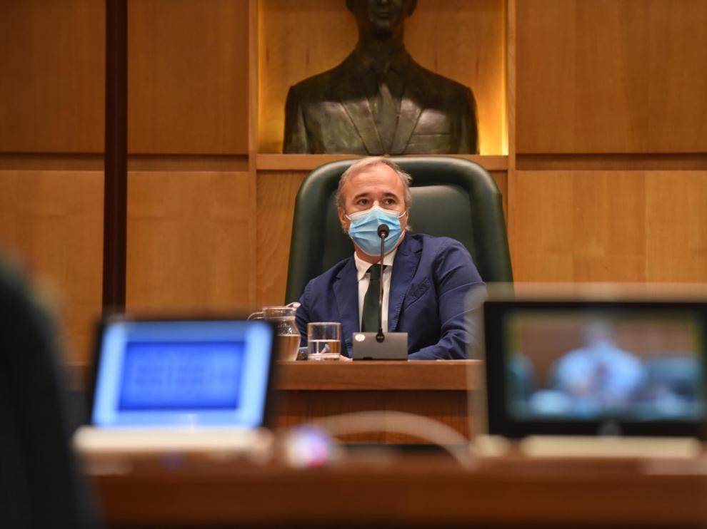 Jorge Azcón, este lunes, en el pleno del Ayuntamiento de Zaragoza.