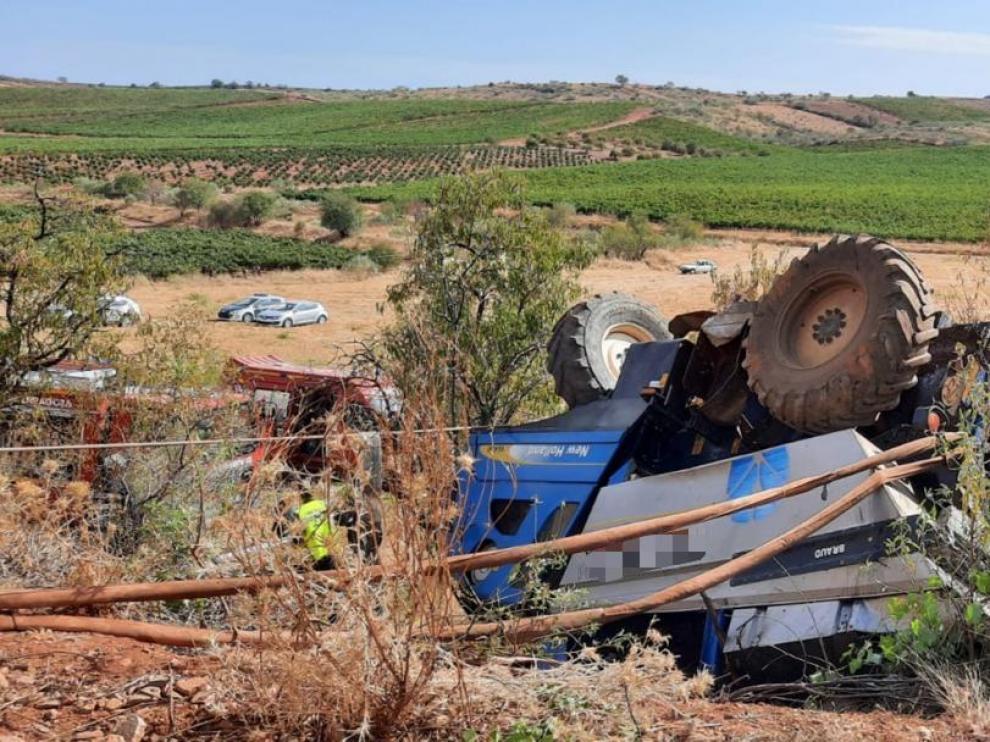 Imagen del accidente ocurrido en Cariñena, en el que ha fallecido un hombre al volcar la vendimiadora con la que trabajaba