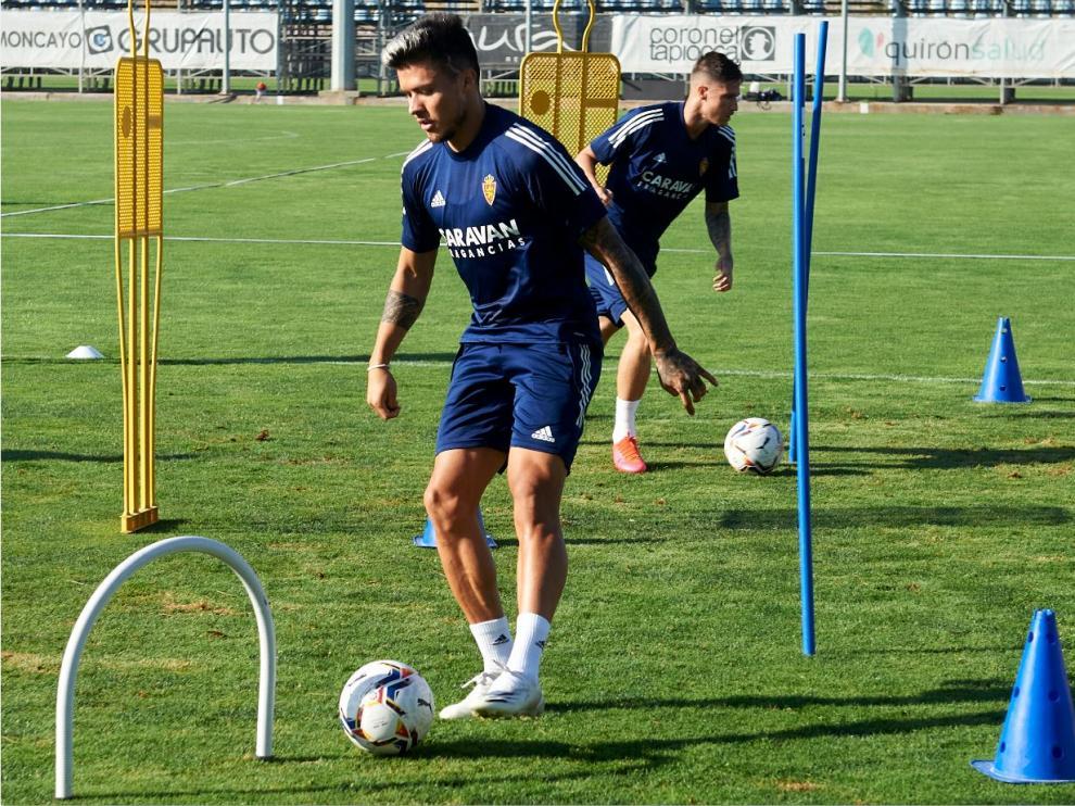 Narváez, en primer término, con Vigaray detrás, en el último entrenamiento del Real Zaragoza.