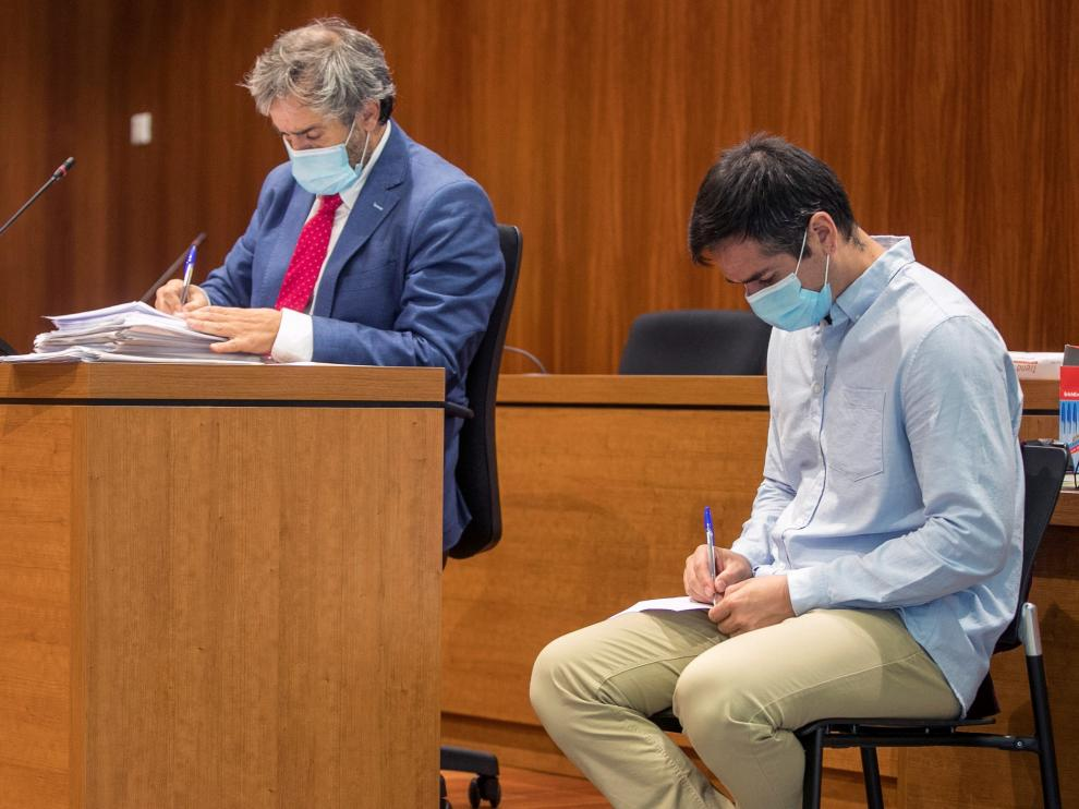 El acusado Rodrigo Lanza revisa las notas que ha leído en sus últimas palabras ante el Jurado.