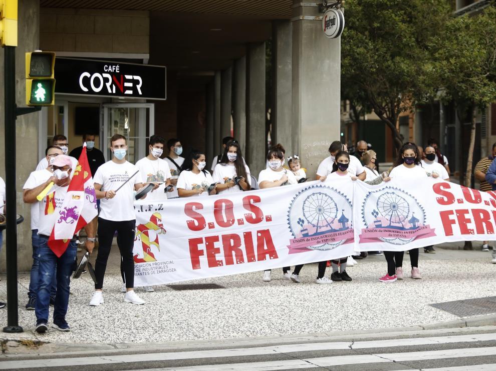 Tras la marcha que protagonizó el sector del espectáculo en toda España este jueves, los feriantes han protagonizado una cacerolada ante las Cortes de Aragón pidiendo medidas para paliar la situación de parón absoluto que viven desde el pasado mes de marzo.