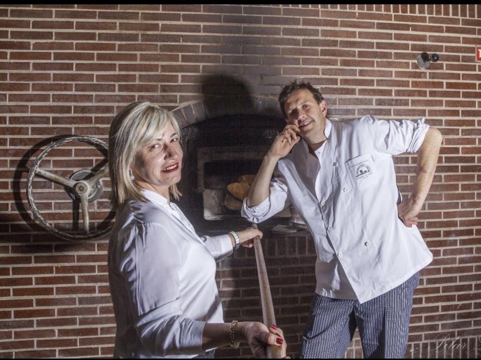 Carlos Sesplugues y su mujer Julia Garanto, en su horno de leña de Casa Pilara, en el municipio oscense de Alcampell.
