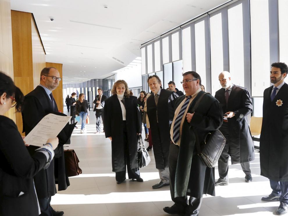 Jorge Español (en el centro) en uno de los juicios de Sijena, junto al letrado de la DGA Alberto Gimeno (izquierda).