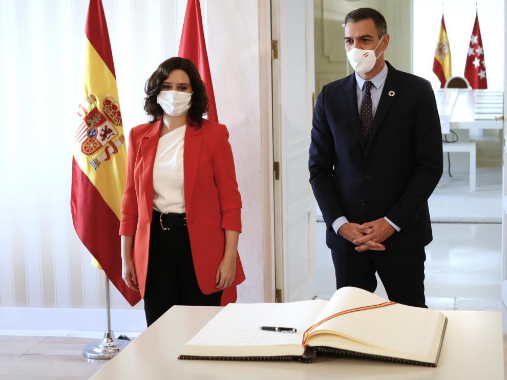 El presidente del Gobierno, Pedro Sánchez, con la presidenta de la Comunidad de Madrid, Isabel Díaz Ayuso.