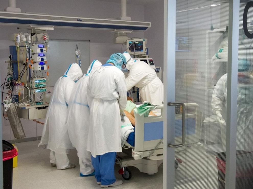 Médicos atienden a un paciente en un hospital