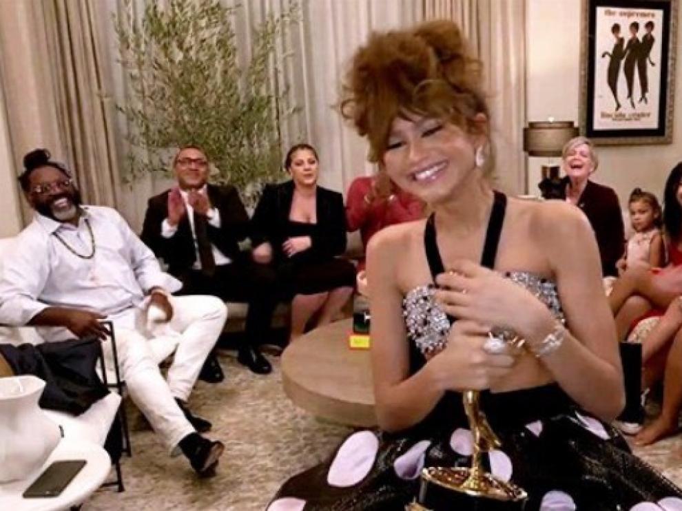 Zendaya, mejor actriz dramática, con su premio Emmy.