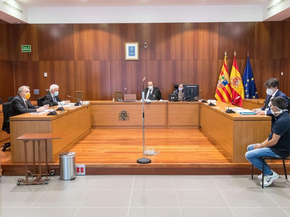 El acusado en la sala de la Audiencia de Zaragoza durante la primera sesión del juicio del Jurado del crimen de Fuentes de Ebro.