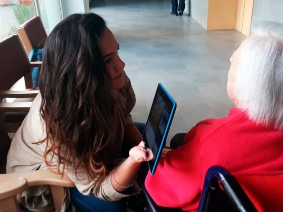 Los voluntarios hacen todo lo posible para que los mayores se sientan acompañados.