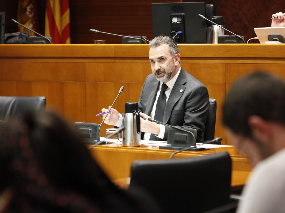 El aún gerente de Turismo de Aragón y presidente del PAR-Zaragoza, Óscar Cámara, en una comparecencia parlamentaria.