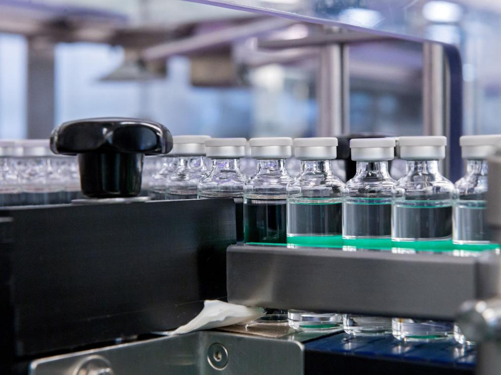 Producción en serie de viales para una futura vacuna contra la covid-19.