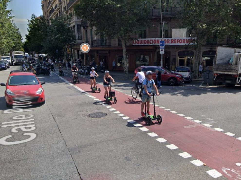 Varias personas circulan en patinete en la confluencia de las calles Provença y Pau Claris de Barcelona, donde han ocurrido los hechos.