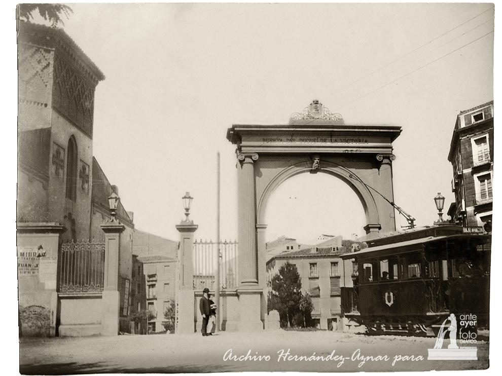 Puerta del Duque de la Victoria. 1904. Autor: Silvestre Hernández Gil. Archivo Hernández-Aznar