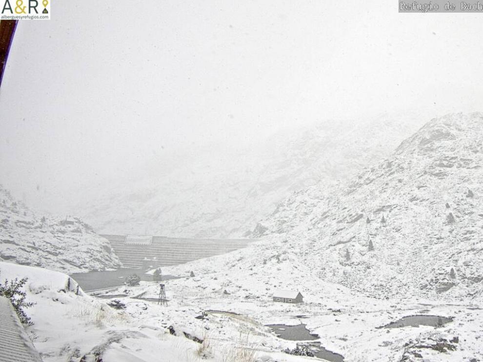Muchos puntos del Pirineo han amanecido este viernes teñidos de blanco.