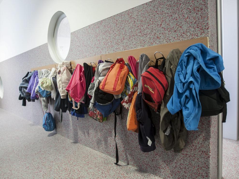Abrigos en un aula de infantil de un colegio zaragozano