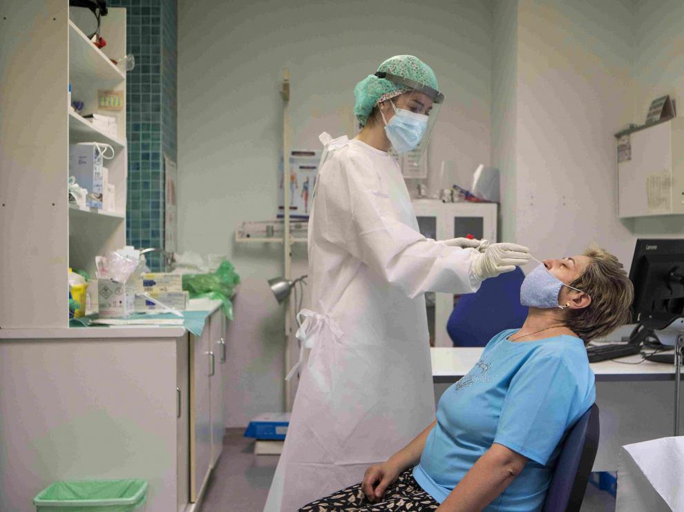 Gente realizándose la prueba PCR en el centro de salud San José de Zaragoza