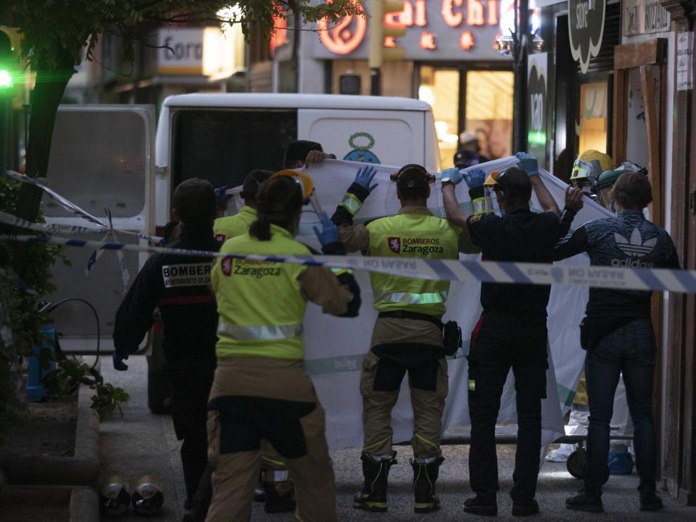 Levantamiento del cadáver encontrado en un trastero en la calle Corona de Aragón de Zaragoza