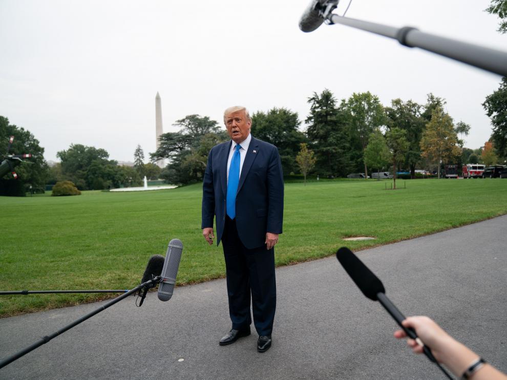 Trump habla con los medios en los jardines de la Casa Blanca antes de partir hacia Carolina del Norte.