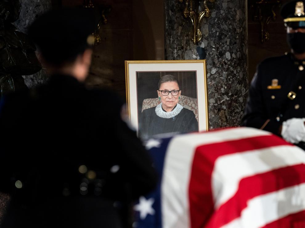 Una foto de la juez Ginsburg, delante de su féretro en el Capitolio de Estados Unidos.