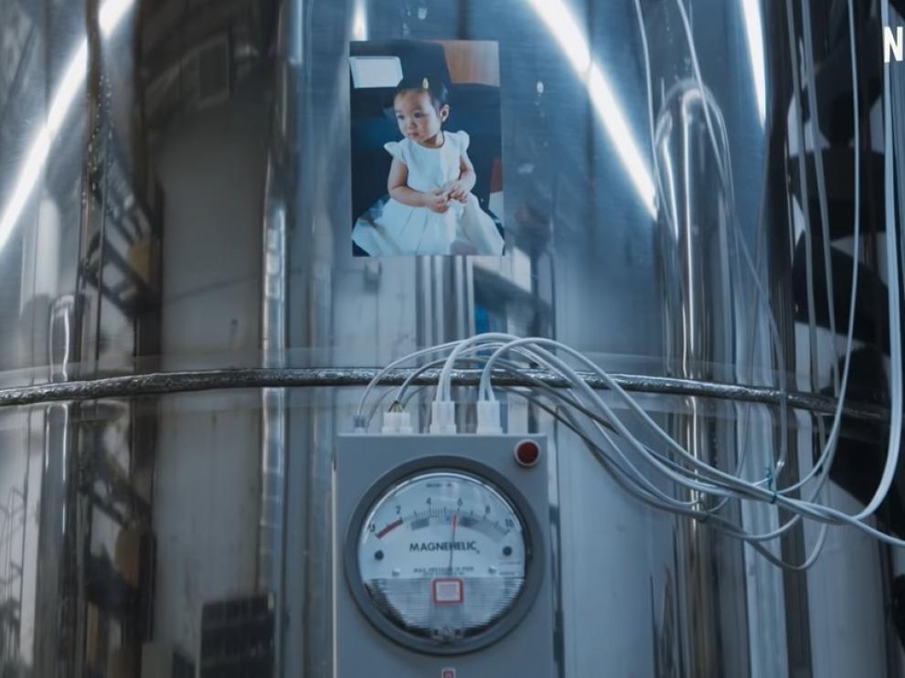 Captura del documental de Netflix sobre la niña criogenizada.